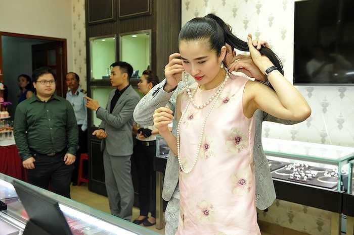Sau 1 thời gian dài tập trung cho sự nghiệp kinh doanh riêng, Cao Thuỳ Dương bắt đầu rục rịch trở lại showbiz.