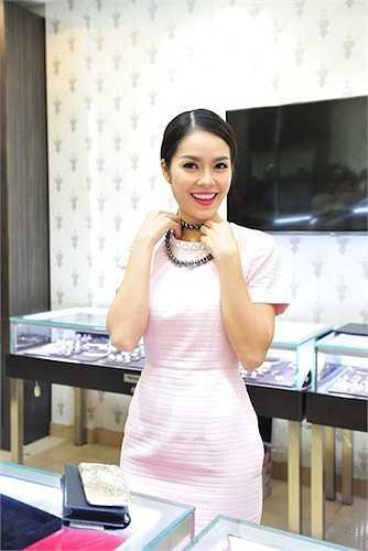 Dương Cẩm Lynh tạo dấn tượng với bộ váy hồng đơn sắc rất tinh tế.