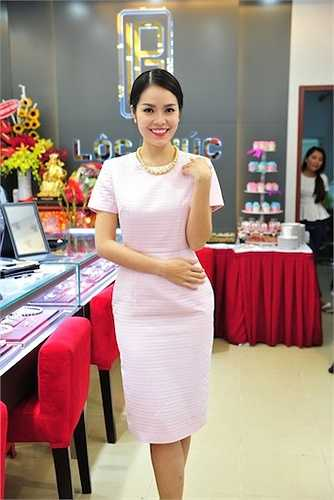 Cô khéo léo kết hợp bông tai và vòng cổ ngọc trai để tăng thêm vẻ sang trọng cho bộ trang phục.