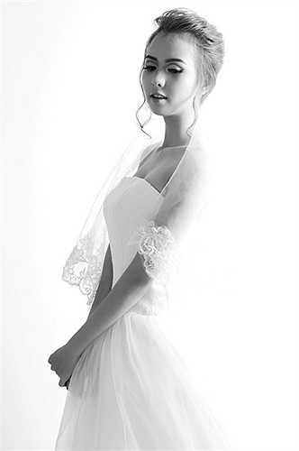 Lựa chọn trang phục bộ váy cô dâu nhưng cô bạn vẫn rất trẻ trung