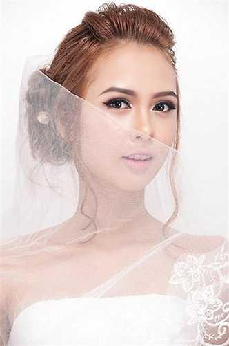 Xu hướng make up vơi làn da căng bóng, mướt mà vẫn mỏng mịn trong trẻo luôn đem lại sư tươi mới, trẻ trung và kiêu kỳ cho cô dâu trong ngày cưới.