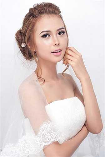 Make up Nguyễn Trang chọn điểm nhấn là đôi mắt. Đôi mắt được tô vẽ ấn tượng hơn, đậm và sắt nét cùng với đôi môi màu thật nhẹ nhàng tạo nên vẻ sang trọng.