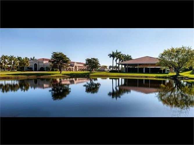 Hình trên là một 'ngôi nhà' trong một khu phố độc đáo ở Florida, trị giá 10 triệu USD (khoảng hơn 215 tỷ đồng), được xây riêng làm nơi ở cho một chú ngựa của một đại gia tại đây.
