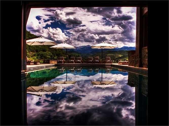 Chủ sở hữu của căn biệt thự này tại Snowmass, Colorado tạo ra một hồ bơi với một nửa bên trong và một nửa bên ngoài. Nếu thời tiết bắt đầu xấu đi, chỉ cần một nút nhấn là một bức tường kính sẽ được hạ xuống để tách biệt hai phần.