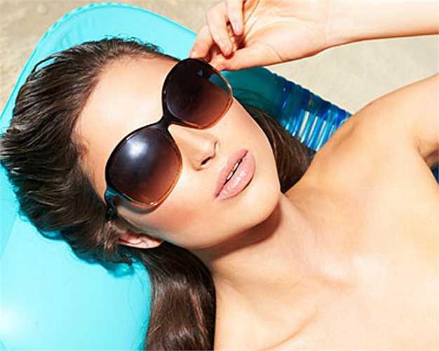 13. Không bảo vệ mắt  Kính râm không chỉ là thời trang mà còn rất quan trọng trong việc bảo vệ mắt bạn khỏi tia UV. Nhưng phải là loại có lớp phủ bảo vệ, nếu không tròng kính đen sẽ khiến con người của bạn giãn ra, cho phéo càng nhiều tia UV lọt vào mắt làm tăng nguy cơ đục thủy tinh thể.