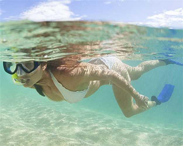 5. Sử dụng loại kem chống nắng không phù hợp với hoạt động của bạn  Ví dụ khi bạn đi bơi hoặc hoạt động mạnh nên sử dụng các loại kem chống nắng không thấm nước như vậy kem mới không bị trôi hết.