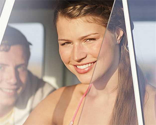 9. Nghĩ rằng tia cực tím không thể gây hại cho da khi bạn ngồi trong ô tô  Cửa kính ô tô có thể che ánh nắng mặt trời nhưng tia cực tím vẫn dễ dàng xuyên qua khiến da dễ bị lão hóa và tăng nguy cơ ung thư da.