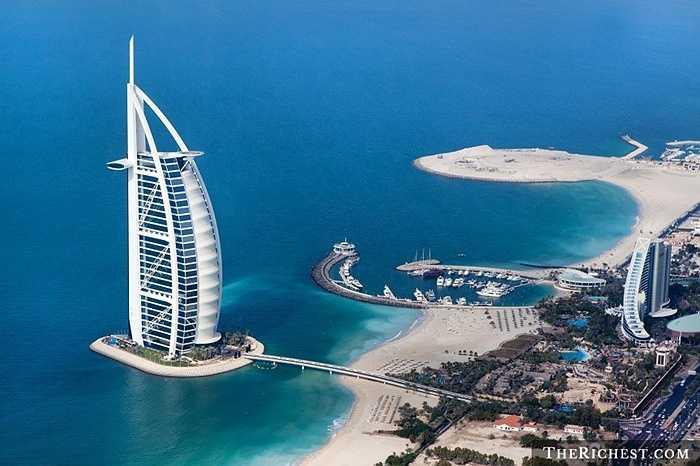 UAE/ GDP bình quân đầu người: 49.883 USD. Mọi người đều biết rằng nền kinh tế của quốc gia này luôn phụ thuộc rất nhiều vào giá dầu thế giới nhưng một khi trữ lượng dầu vẫn còn dồi dào, người dân UAE chắc chắn không cần phải lo lắng quá nhiều
