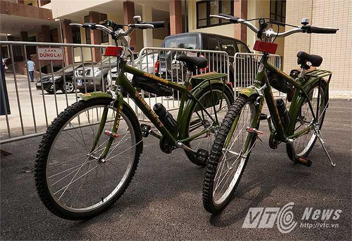 Mẫu xe thuộc dòng địa hình nam, sơn màu xanh công an, phía đuôi có gá hàng chở cặp đựng, có bình nước, đèn pin đi kèm. Trọng lượng của xe đạp vào khoảng 17,7 kg, khung gia công bằng các loại thép tiêu chuẩn.