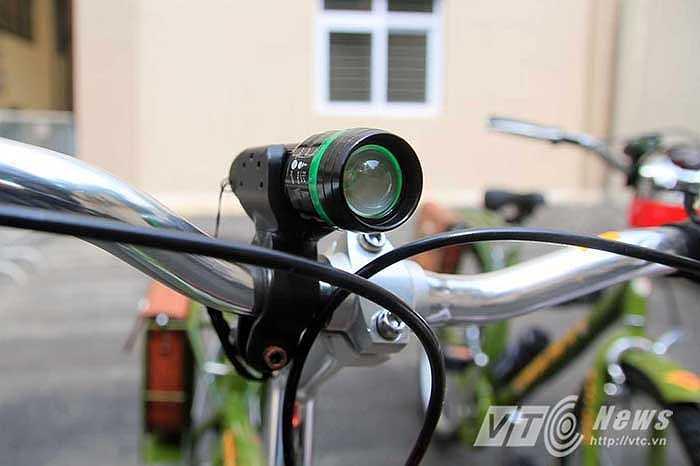 Xe có trang bị đèn pin chiếu sáng có thể tháo rời để sạc điện.