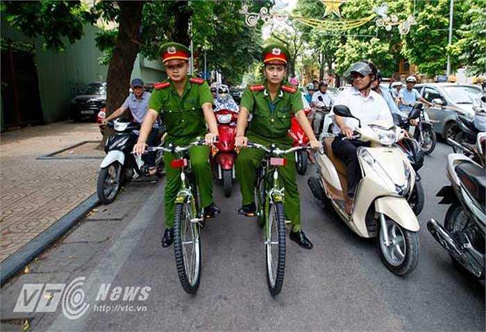 Ngay sau khi tiếp nhận xe đạp tại trụ sở Công an thành phố Hà Nội, công an các quận, phường đã cho chạy thử nghiệm ngay trong buổi sáng.