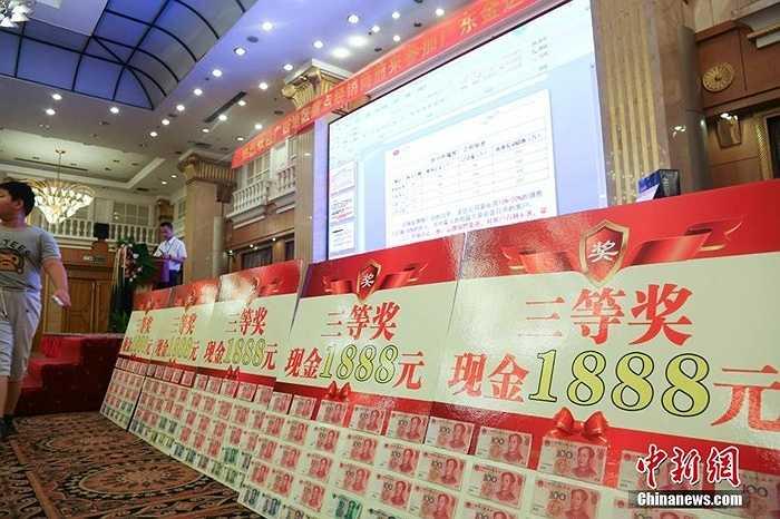 Một công ty ở Quảng Đông (Trung Quốc) đã có cách tri ân khách hàng rất đặc biệt trong một cuộc gặp gỡ khách hàng khi cho khách bốc thăm trúng thưởng ngay tại chỗ
