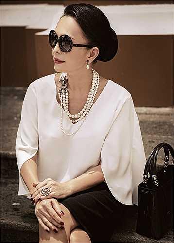 Trong bộ ảnh thời trang mới, nữ hoàng ảnh lịch một thời Diễm My khoe nhan sắc thách thức thời gian, dù người đẹp đã ngoài 50 tuổi.