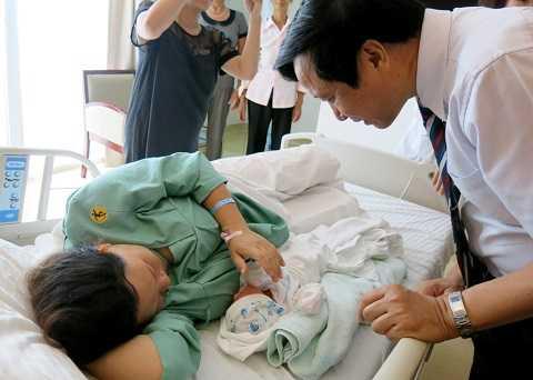 GS.TS Nguyễn Thanh Liêm – Giám đốc Bệnh viện Đa khoa Quốc tế Vinmec tới thăm hỏi và chia vui cùng gia đình chị Huệ