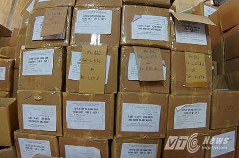 Hơn 50.000 cuốn sách giả đã được đóng hộp, dán mác, sẵn sàng để chuyển đi tiêu thụ.