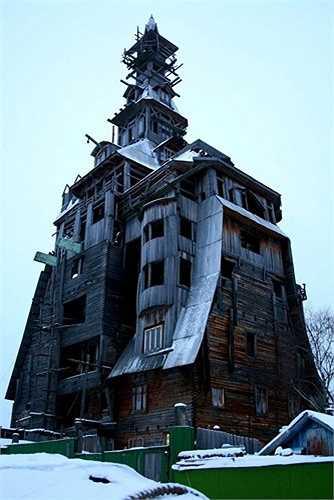 Một trong những ngôi nhà bằng gỗ nổi tiếng thế giới là biệt thự gỗ 13 tầng, cao 43m của vị đại gia có máu mặt ở Nga – ông Nikolai Sutyagin.