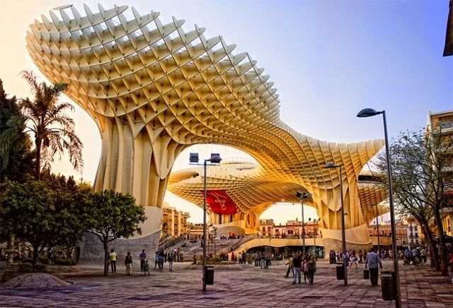 Metropol Parasol tại Tây Ban Nha thoạt trông như cấu trúc được ghép cầu kỳ từ hàng ngàn que kem. Nhưng thực chất nó là tòa nhà gỗ, được tráng lớp hồ đặc biệt, không hổ danh là tòa nhà gỗ lớn nhất thế giới, cấu trúc lớn nhất thế giới được ghép bằng hồ.