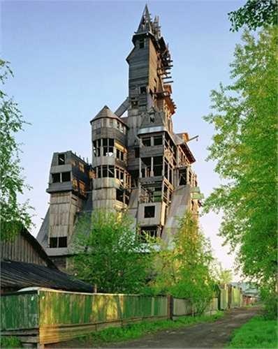 Tuy rất ấn tượng nhưng cấu trúc của căn nhà không được chắc chắn và nhiều người cho rằng nó sẽ không tồn tại được lâu.
