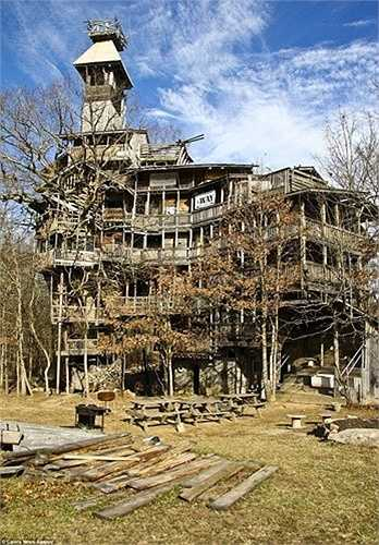 Ông Horace Burgess, sống tại bang Tennessee, Mỹ đã miệt mài làm việc trong suốt 11 năm để dựng lên ngôi nhà gỗ cao nhất thế giới.