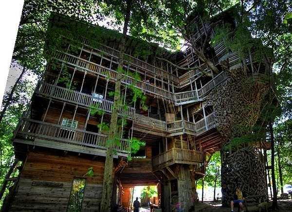 Horcace nói ý tưởng xây dựng ngôi nhà bắt nguồn từ giấc mơ gặp Chúa và được Người ủy thác xây dựng ngôi nhà gỗ kì vĩ này. Năm 1993, Horace bắt tay vào công việc và miệt mài trong suốt 11 năm trời.