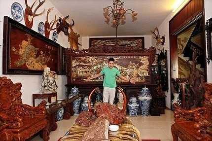 Showbiz Việt cũng không khỏi xôn xao về câu chuyện ngôi biệt thự cổ trăm tỷ của chàng ca sỹ kiêm diễn viên trẻ tuổi Tùng Lâm. Dù đã đi hát 3 năm nhưng tên tuổi của anh chưa thực sự được công chúng biết đến rộng rãi. Nhưng giờ đây, nhắc đến Tùng Lâm nhiều người biết ngay đến chàng ca sỹ 100 tỷ.