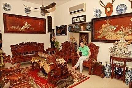 Anh có dịp khoe căn biệt thự 5 triệu đô tại quận 1, Tp HCM. Bộ sưu tập cổ vật quý hiếm có giá hơn 100 tỷ được anh trưng bày ở ngay lối đi vào và những phòng quan trọng. Ngắm nhìn căn nhà, người xem choáng váng trước mức độ giàu có của gia đình Tùng Lâm.