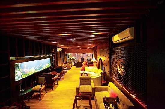 Toàn bộ không gian của quán cafe được bao bọc bởi những lớp gỗ bản lớn ở sàn và trần. Trên tường của quán cafe này có bố trí những bể cá nhằm làm tô điểm cho không gian của quán thêm phần thú vị.