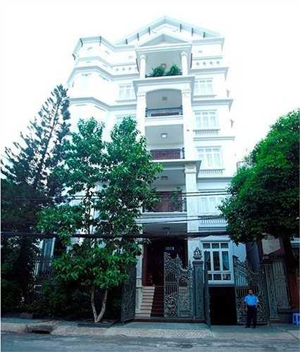 Căn nhà của ca sỹ Trang Nhung có diện tích khoảng 500m2 được vợ chồng cô mời kiến trúc sư riêng thiết kế và trang trí toàn bộ nội thất. Mỗi phòng được thiết kế và tô màu phù hợp cung mệnh và phong thủy của từng thành viên trong gia đình.