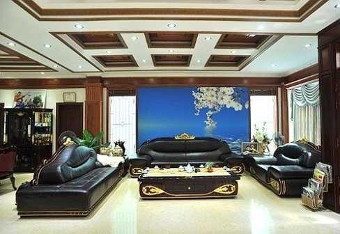 Phòng khách rộng thênh thang với nhiều món đồ nội thất làm bằng gỗ vì chồng ca sĩ Trang Nhung mạng mộc. Chồng cô cũng tiết lộ tổng giá trị của căn nhà và các trang thiết bị nội thất lên tới hơn 100 tỷ đồng.
