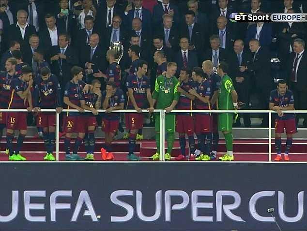 Pedro đứng lẻ loi trong màn ăn mừng của Barca