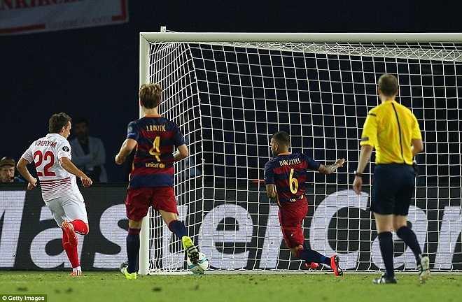 Hàng thủ Barca lỏng lẻo, mắc lỗi vị trí liên tục dẫn đến những bàn thua không đáng có. Sevilla gỡ hòa 4-4 trước khi tiếng còi kết thúc 2 hiệp thi đấu chính thức vang lên.