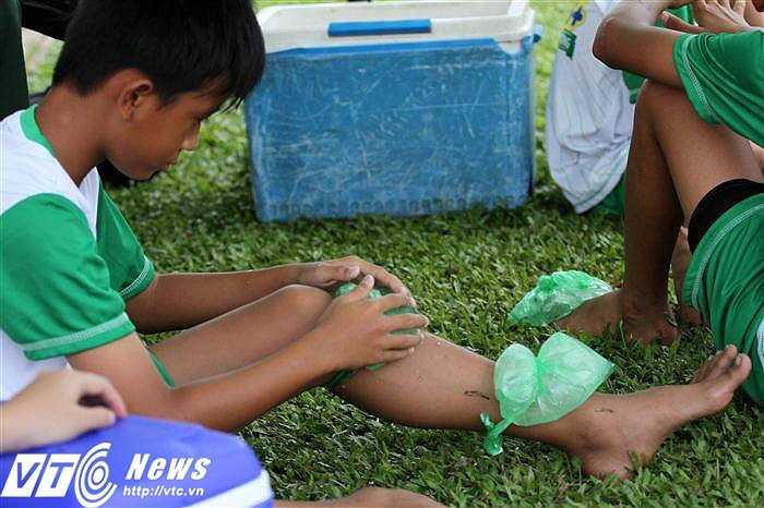 Một số thí sinh gặp phải những cơn đau do va chạm và được chăm sóc cẩn thận (Ảnh: Hoàng Tùng)