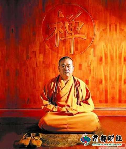 Phương trượng Thiếu Lâm Thích Vĩnh Tín đang ngồi dưới chữ Thiền