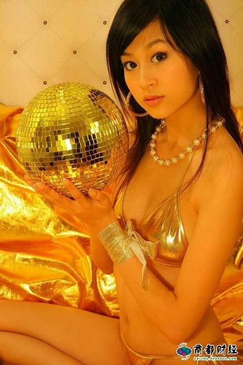 Mạng <a href='http://vtc.vn/xa-hoi.2.0.html' >xã hội</a> Trung Quốc xôn xao thông tin một nữ sinh xinh đẹp ở Bắc Kinh là người tình của phương trượng Thiếu Lâm