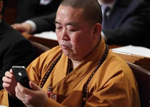 Hình ảnh phương trượng Thiếu Lâm dùng điện thoại iPhone cũng bị chỉ trích là không đẹp