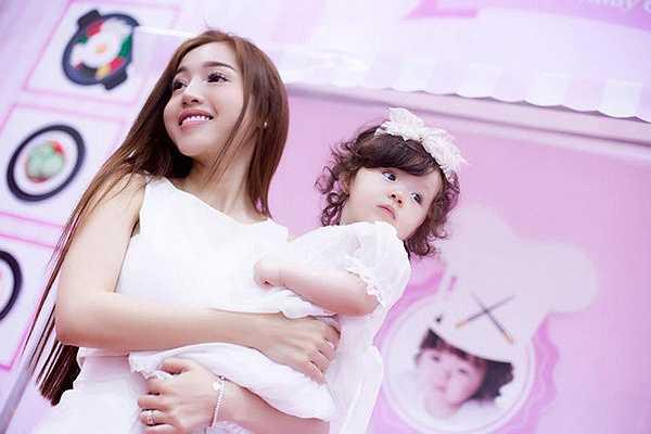 Mới đây, Elly Trần vừa ra mắt clip trải lòng với con gái yêu Cadie Mộc Trà khiến cộng đồng mạng vô cùng xúc động