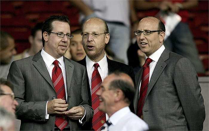 Nhà Glazer bắt đầu mua lại cổ phần của Man United vào năm 2003 và hai năm sau chính thức nắm quyền kiểm soát CLB này.