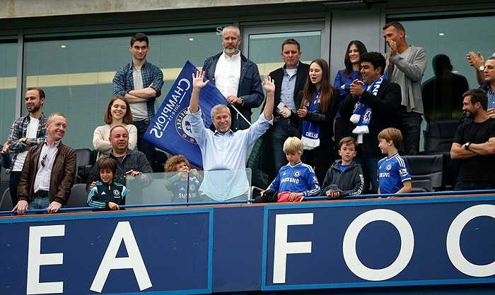 Abramovich mua lại Chelsea năm 2003 với giá khoảng 400 triệu USD và không tiếc tiền đầu tư biến đội bóng này trở thành thế lực của giải Ngoại hạng Anh và châu Âu.