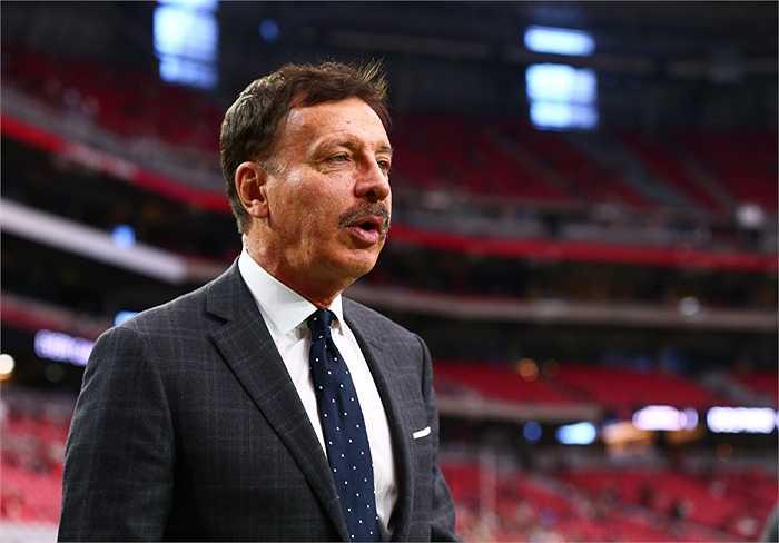 Doanh nhân người Mỹ Stan Kroenke hiện giữ 63% cổ phần của Arsenal. Ông xếp thứ 4 với tổng tài sản 4 tỷ bảng.