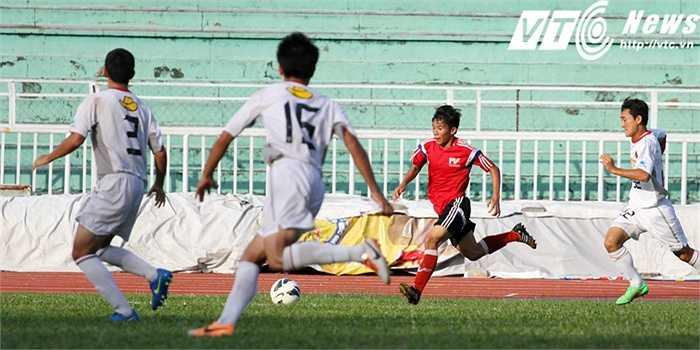 Song, U18 Kashima Antlers lúc này đã luôn cắm ít nhất 3 cầu thủ phòng ngự trên phần sân nhà (Ảnh: Hoàng Tùng)
