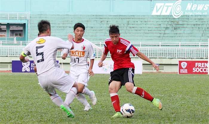 Thầy trò HLV Koji Kumagai nhận ra được những lỗ hổng trong lối chơi của U18 PVF. Từ đó, họ vây ráp liên tục (Ảnh: Hoàng Tùng)