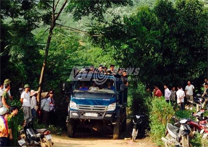 Dùng xe ô tô tải để đưa lực lượng công an vào hiện trường.