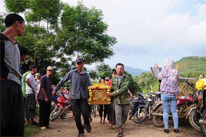 Chiều cùng ngày, lực lượng chức năng và người dân đã đưa thi thể các nạn nhân ra khỏi hiện trường.
