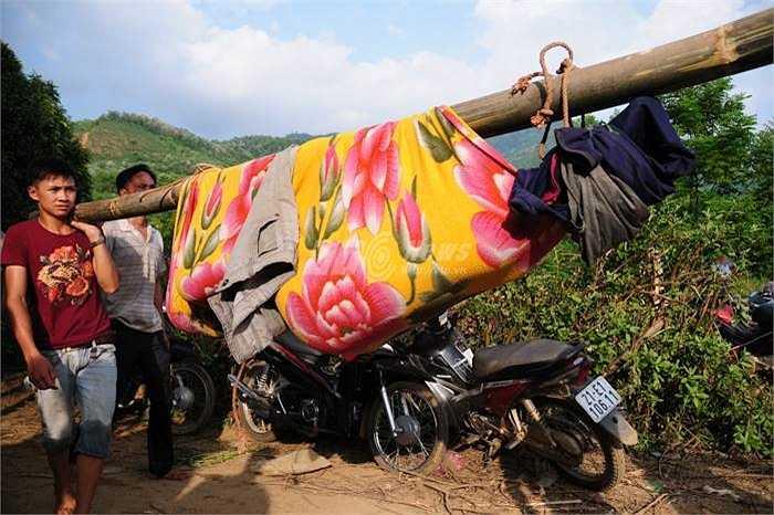 Việc di chuyển trên các tuyến đường đồi núi rất khó khăn. (Ảnh: Minh Chiến - Tùng Đinh)