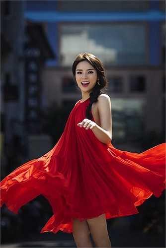 Hoa hậu Kỳ Duyên khoe nét xuân thì với chiếc váy đỏ cổ yếm và tùng váy xòe rộng.