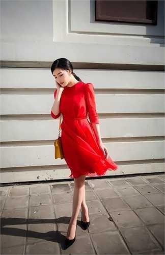 Hoa hậu cũng mang diện mạo sang trọng, nổi bật với thiết kế tay lỡ kín đáo.