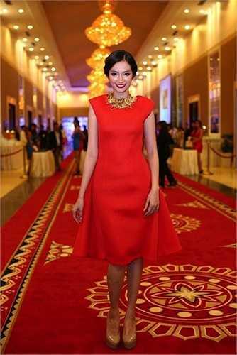 Hoa hậu Trúc Diễm thường chọn đầm đỏ kiểu dáng tối giản cho các sự kiện buổi tối.