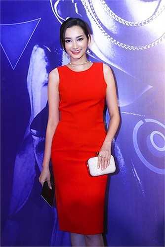Đầm đỏ ôm dáng, trần tay đơn giản nhưng đầy sức hút.