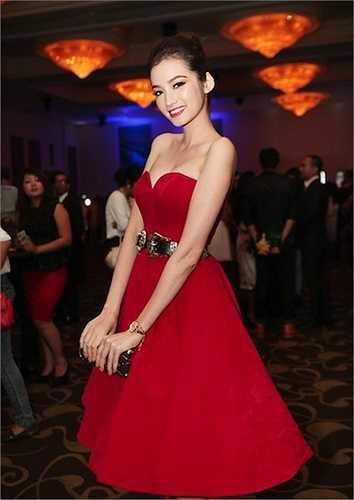 Trúc Diễm hóa thân thành 'công chúa' với thiết kế cúp ngực, tùng váy xòe rộng đậm chất cổ điển.  (Nguồn: Eva)