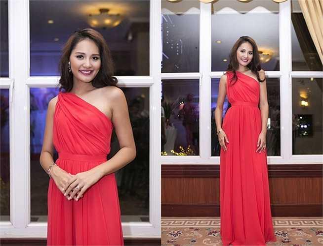 Hoa hậu Hương Giang chọn đầm đỏ kiểu dáng lệch vai duyên dáng.